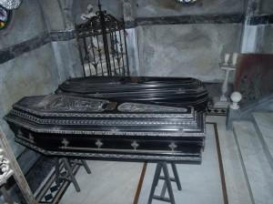 Caixões ficam em pedestais dentro dos túmulos